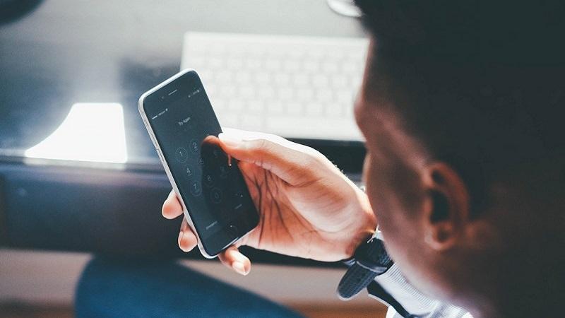 smartphone-pin-foto-pixabay-com-foundry